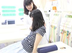 女性スタッフ院施術写真